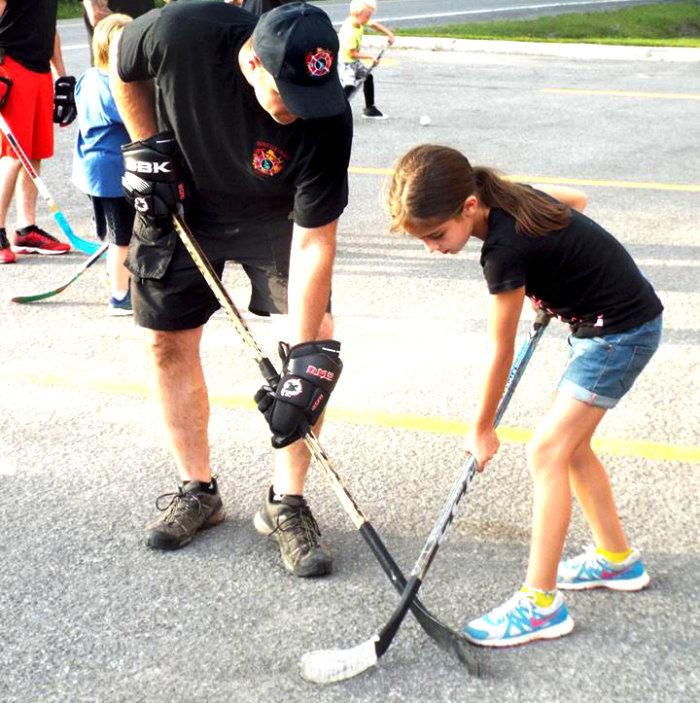 Hockey cosom parents-enfants avec les pompiers